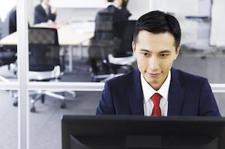 パソコンを利用する男性